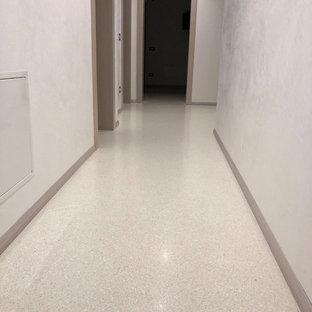 ヴェネツィアのトラディショナルスタイルのおしゃれな廊下 (テラゾーの床、白い床) の写真