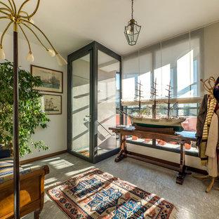 Idee per un ingresso con anticamera chic di medie dimensioni con pareti bianche, pavimento in pietra calcarea, una porta singola e una porta in vetro