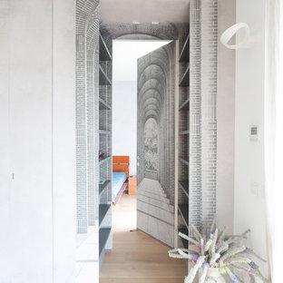 Idee per un ingresso o corridoio minimal di medie dimensioni con parquet chiaro e pavimento beige