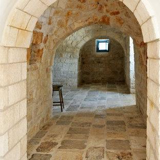 Ispirazione per un ingresso o corridoio mediterraneo con pareti multicolore e pavimento multicolore