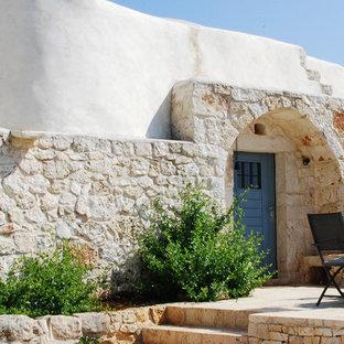 Foto di un ingresso o corridoio mediterraneo con una porta singola e una porta blu