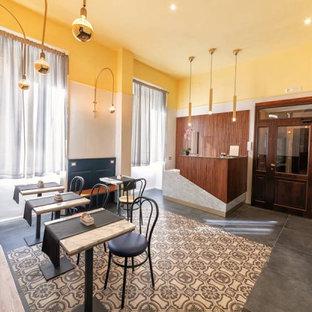 Exempel på en stor eklektisk foajé, med gula väggar, klinkergolv i keramik, en dubbeldörr, mellanmörk trädörr och grått golv