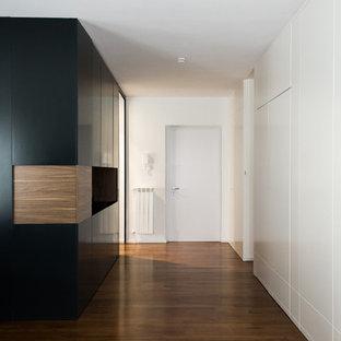 Пример оригинального дизайна: коридор среднего размера в современном стиле с белыми стенами, темным паркетным полом и коричневым полом