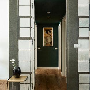 Idéer för en mellanstor modern hall, med flerfärgade väggar, mellanmörkt trägolv och brunt golv