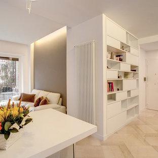 Foto di un piccolo ingresso moderno con pareti bianche, pavimento in marmo, una porta singola, una porta bianca e pavimento bianco