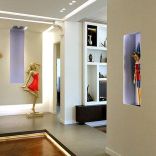 Esempio di un grande ingresso o corridoio minimal con pareti multicolore e pavimento in legno massello medio