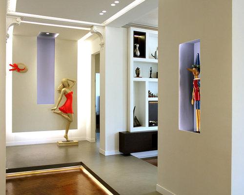 couloir contemporain avec un mur multicolore photos et id es d co de couloirs. Black Bedroom Furniture Sets. Home Design Ideas