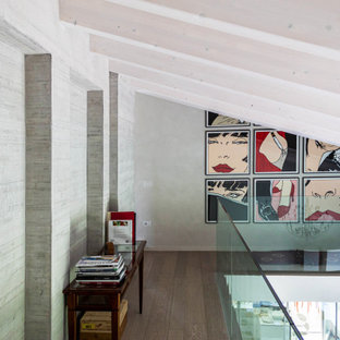 Свежая идея для дизайна: коридор в современном стиле с темным паркетным полом, коричневым полом, балками на потолке и серыми стенами - отличное фото интерьера