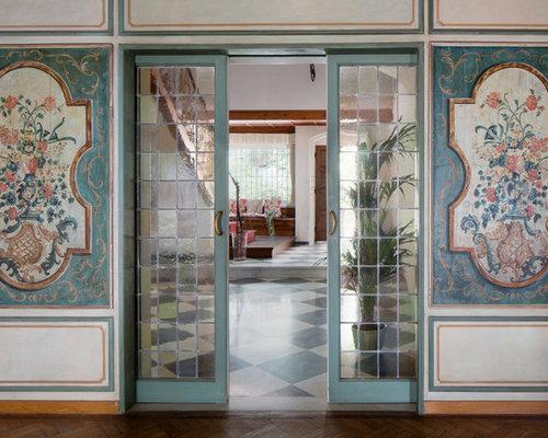 couloir avec un mur multicolore photos et id es d co de couloirs. Black Bedroom Furniture Sets. Home Design Ideas