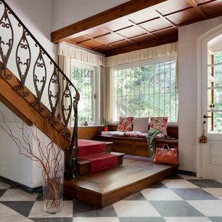 Idee per un ingresso tradizionale di medie dimensioni con pareti bianche, pavimento in marmo, una porta singola, una porta bianca e pavimento multicolore