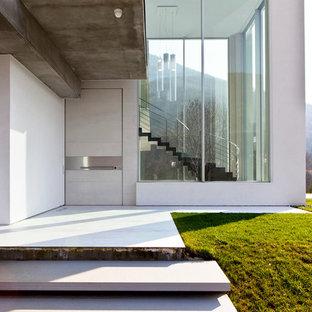 Immagine di un ingresso o corridoio contemporaneo di medie dimensioni con pareti bianche, una porta singola e una porta bianca