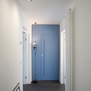 Cette image montre un couloir design de taille moyenne avec un mur blanc et un sol noir.