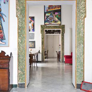 Idee per un ingresso o corridoio eclettico con pareti bianche e pavimento in marmo
