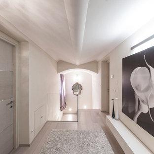 Ispirazione per un grande ingresso o corridoio contemporaneo con pareti bianche e parquet chiaro