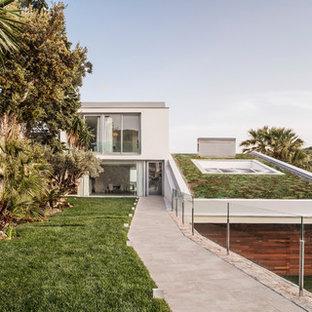 Foto de jardín minimalista, en patio delantero, con muro de contención