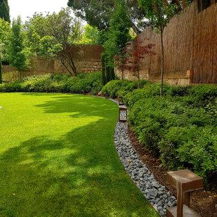 Modelo de jardín borde del césped, actual, en patio trasero, con exposición parcial al sol