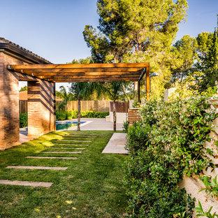 Imagen de jardín mediterráneo, de tamaño medio, en patio, con exposición parcial al sol