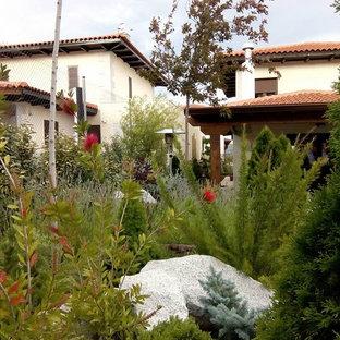 Новые идеи обустройства дома: солнечный, осенний огород на участке среднего размера на заднем дворе в скандинавском стиле с подъездной дорогой, освещенностью и покрытием из каменной брусчатки