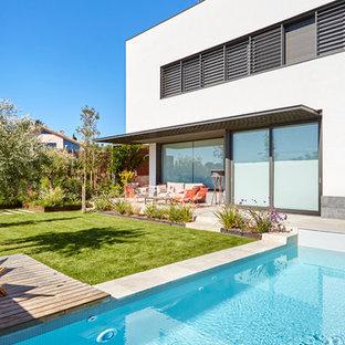 Diseño de jardín actual con jardín de macetas y adoquines de hormigón