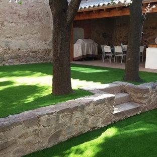 Foto de acceso privado rústico, de tamaño medio, en patio trasero, con muro de contención, exposición reducida al sol y mantillo