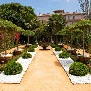Imagen de jardín francés, ecléctico, grande, en patio delantero, con jardín de macetas, exposición total al sol y gravilla