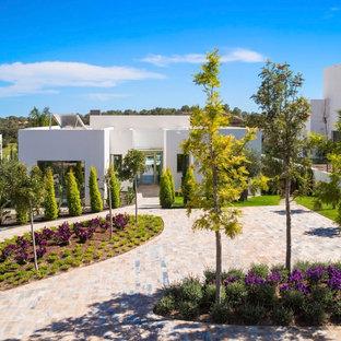 Ejemplo de camino de jardín francés, mediterráneo, grande, en patio delantero