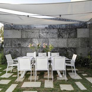 Diseño de jardín minimalista, en patio trasero, con exposición reducida al sol y adoquines de hormigón