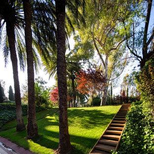 Пример оригинального дизайна: большой геометрический участок и сад на внутреннем дворе в морском стиле с садовой дорожкой или калиткой, полуденной тенью и настилом