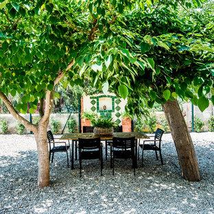 Modelo de jardín de secano, mediterráneo, en patio trasero, con fuente, exposición parcial al sol y gravilla