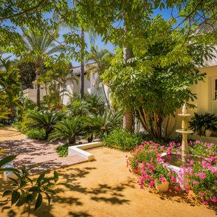Imagen de jardín mediterráneo con fuente, exposición parcial al sol y granito descompuesto