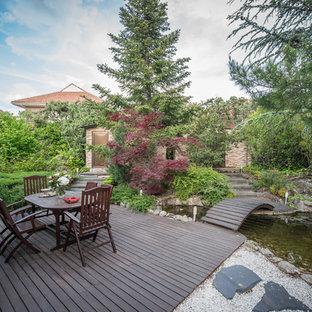 Diseño de jardín actual con estanque y entablado