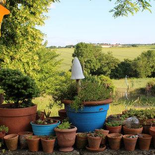 Réalisation d'un jardin en pots champêtre avec une exposition partiellement ombragée.