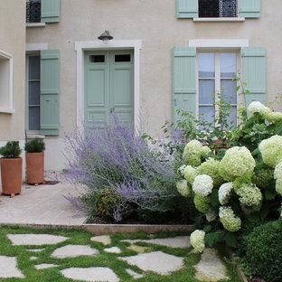 Idée de décoration pour un jardin avant tradition de taille moyenne avec une exposition partiellement ombragée et des pavés en pierre naturelle.