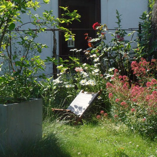Design ideas for a mid-sized shabby-chic style full sun landscaping in Paris.