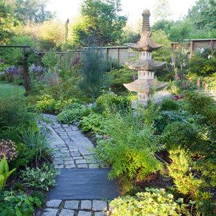 Inspiration pour un grand jardin arrière asiatique avec des pavés en pierre naturelle et une entrée ou une allée de jardin.