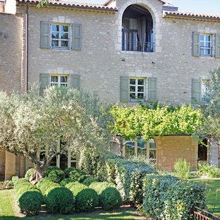 Cette photo montre un grand jardin arrière méditerranéen l'été avec une exposition partiellement ombragée.