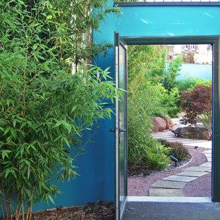 Cette image montre un grand jardin sur cour asiatique l'été avec une entrée ou une allée de jardin, une exposition partiellement ombragée et des pavés en béton.