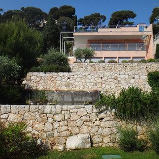 Idée de décoration pour un grand jardin arrière méditerranéen avec un mur de soutènement.