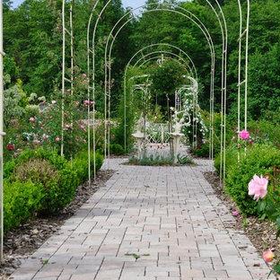 Idées déco pour un grand jardin à la française arrière classique au printemps avec une entrée ou une allée de jardin, une exposition ensoleillée et des pavés en pierre naturelle.