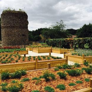 Aménagement d'un jardin arrière classique.