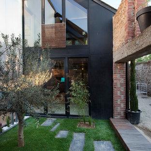 Cette photo montre un jardin sur cour tendance de taille moyenne avec une entrée ou une allée de jardin.
