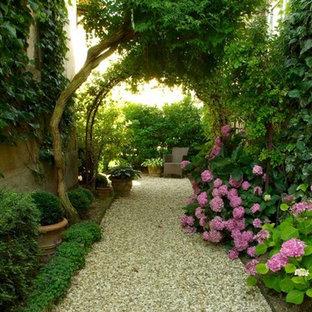 Idée de décoration pour un jardin à la française tradition avec une entrée ou une allée de jardin, une exposition ombragée et du gravier.