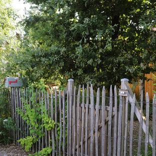 Cette image montre un jardin bohème avec une entrée ou une allée de jardin et un paillis.