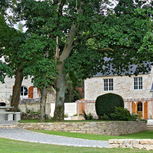 Cette image montre un jardin à la française rustique avec une entrée ou une allée de jardin, une exposition partiellement ombragée et du gravier.