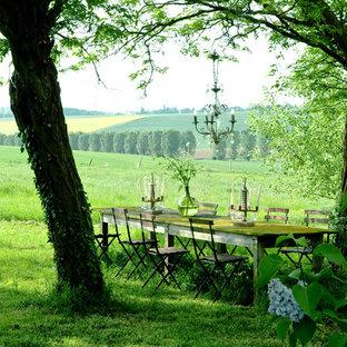 Cette image montre un très grand jardin style shabby chic l'été avec une exposition ombragée.