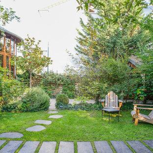 Cette photo montre un grand jardin à la française avant chic au printemps avec une exposition partiellement ombragée et des pavés en pierre naturelle.
