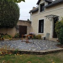 Jardin avec une terrasse dallage de pierre naturelle ...