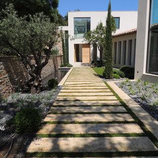 Réalisation d'un jardin avant design de taille moyenne et l'été avec une entrée ou une allée de jardin, une exposition partiellement ombragée et des pavés en pierre naturelle.