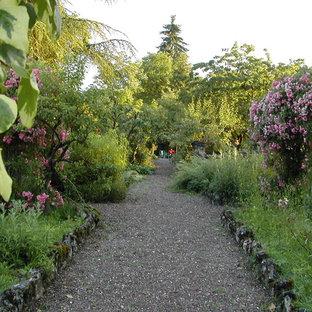Idée de décoration pour un jardin style shabby chic avec une entrée ou une allée de jardin.