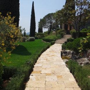 Idée de décoration pour un grand jardin méditerranéen avec une entrée ou une allée de jardin, une exposition ensoleillée, une pente, une colline ou un talus et des pavés en pierre naturelle.